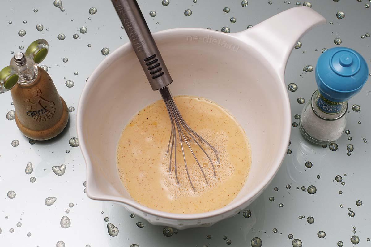 Взбить яйца с молоком, солью и перцем