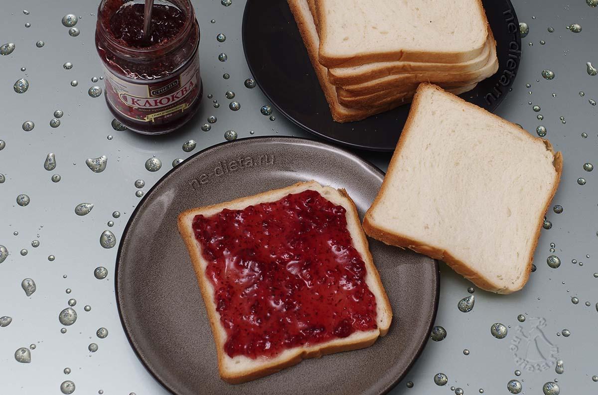 На ломтик хлеба намазать джем и закрыть его вторым ломтиком