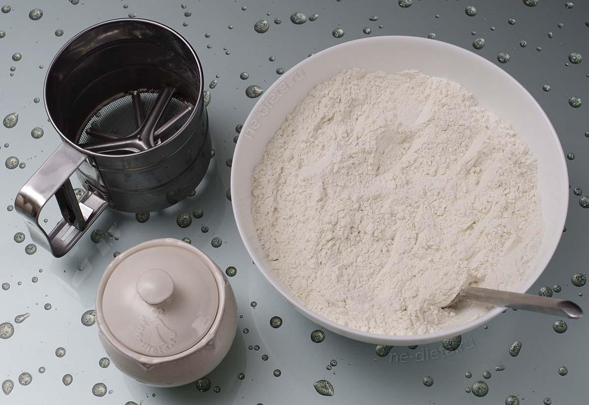 В миску просеять муку с разрыхлителем и добавить сахар