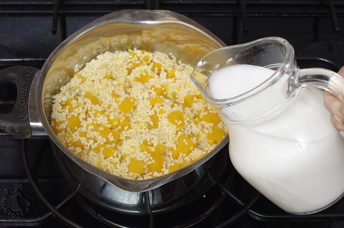 В кашу влить молоко пополам с водой
