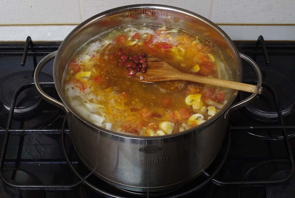 Положить в суп овощную зажарку и фасоль