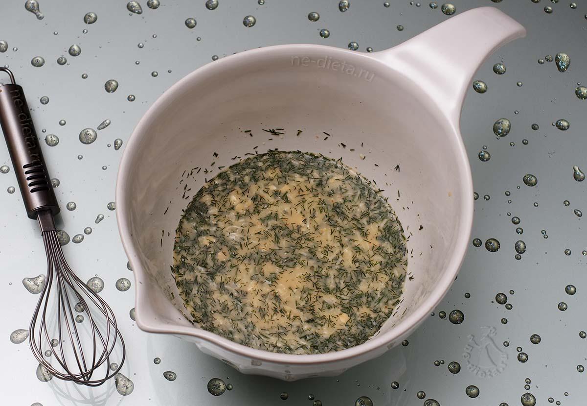 В яичную смесь добавить тертый сыр и измельченный укроп