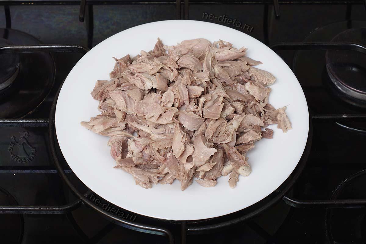 Мясо индейки порезать на кусочки