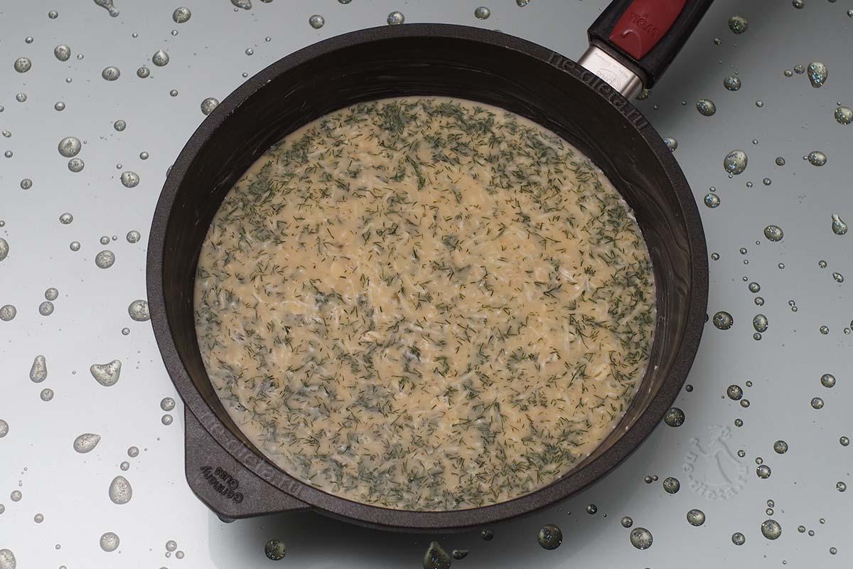 Вылить смесь для омлета в форму или сковороду