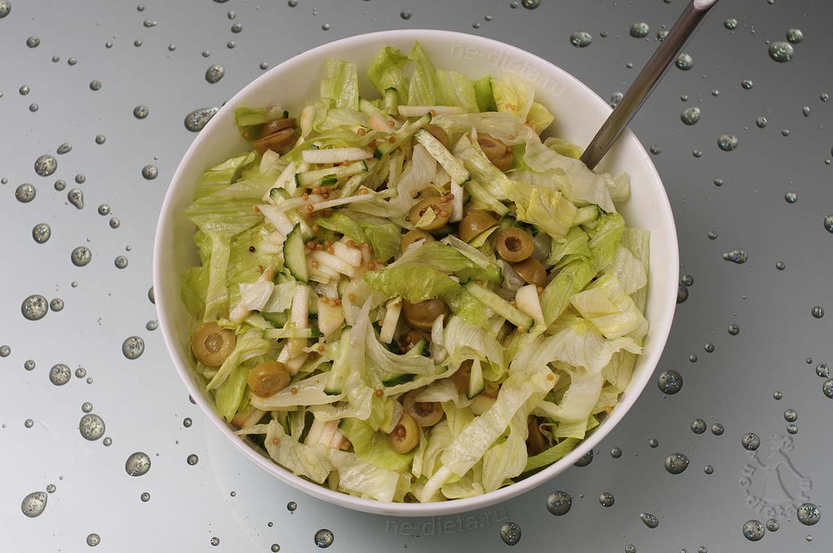 Салат из огурцов и салата айсберг