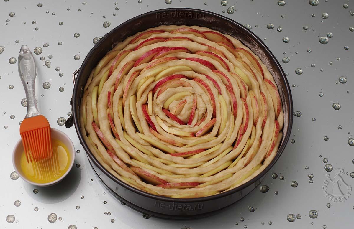 Яблочный пирог смазать желтком