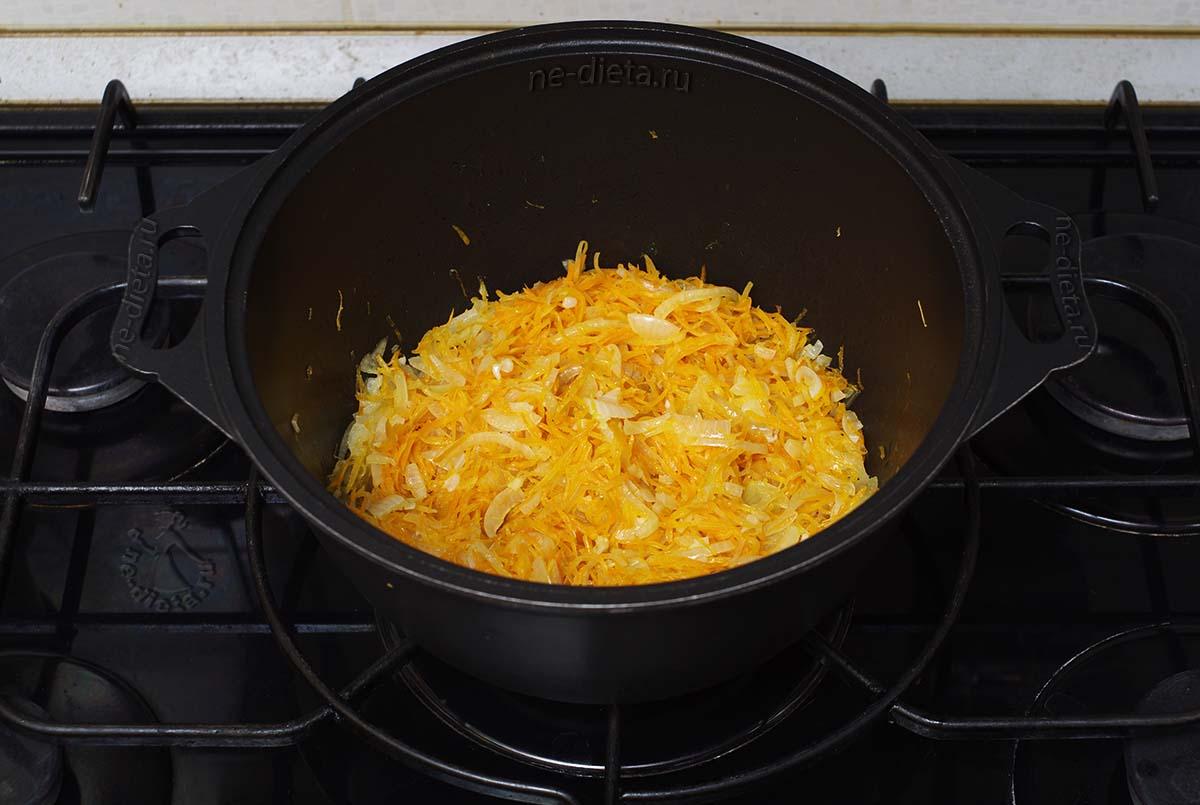 Обжарить лук с морковью и чесноком