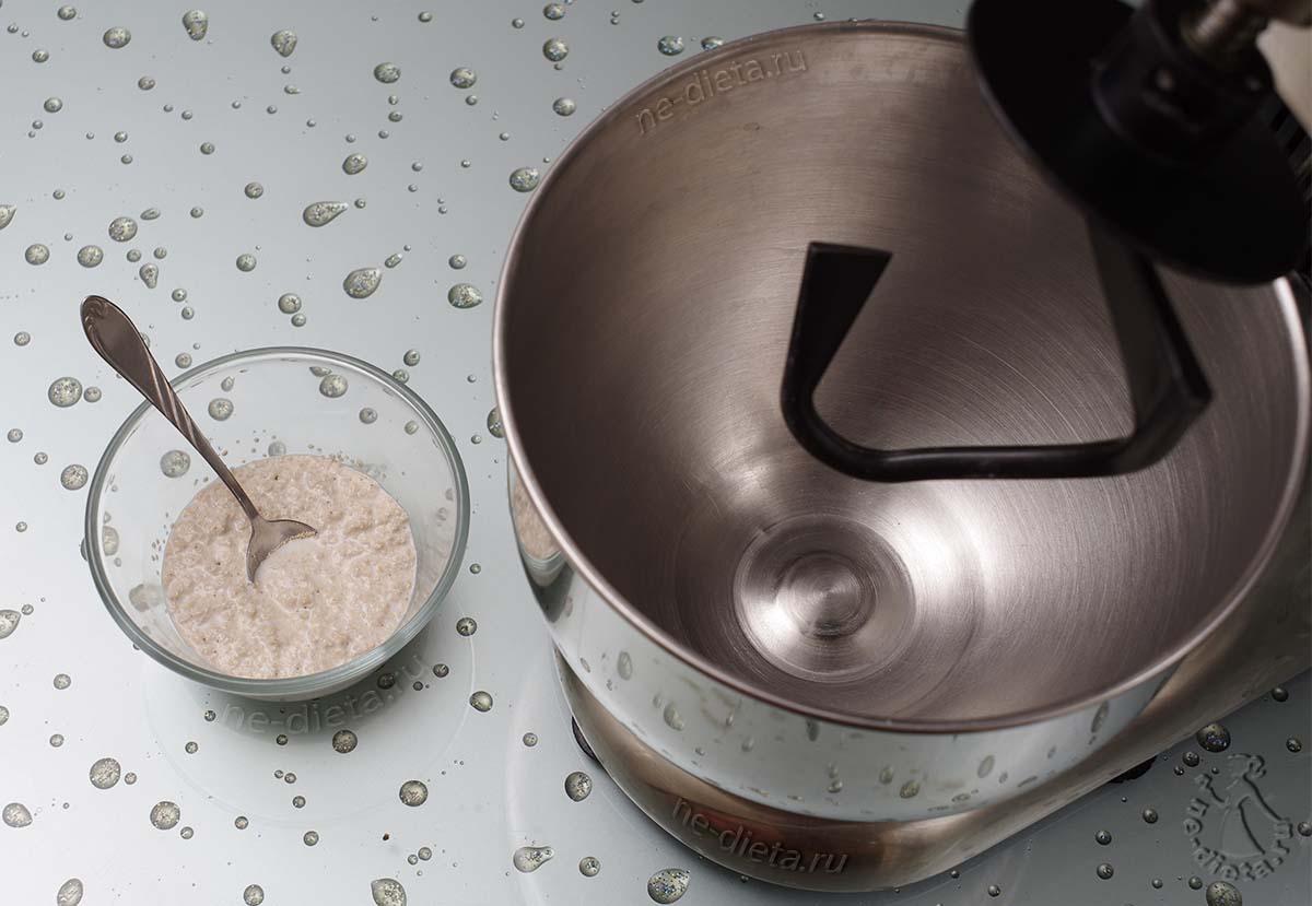 Дрожжи развести в теплом молоке