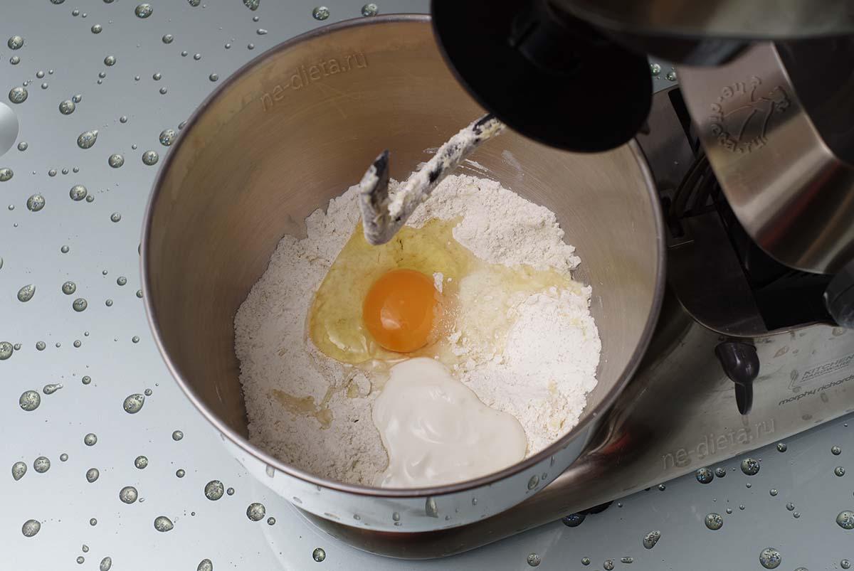 Положить сметану и яйцо