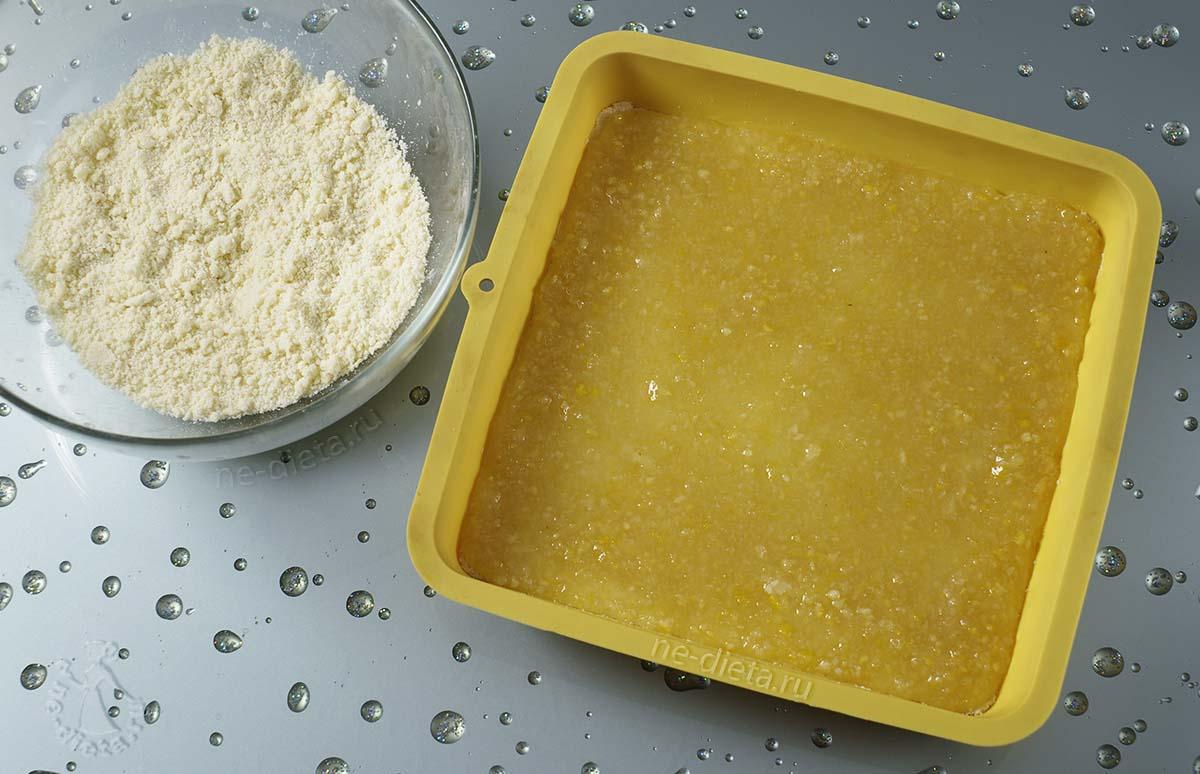 На тесто выложить лимонную начинку