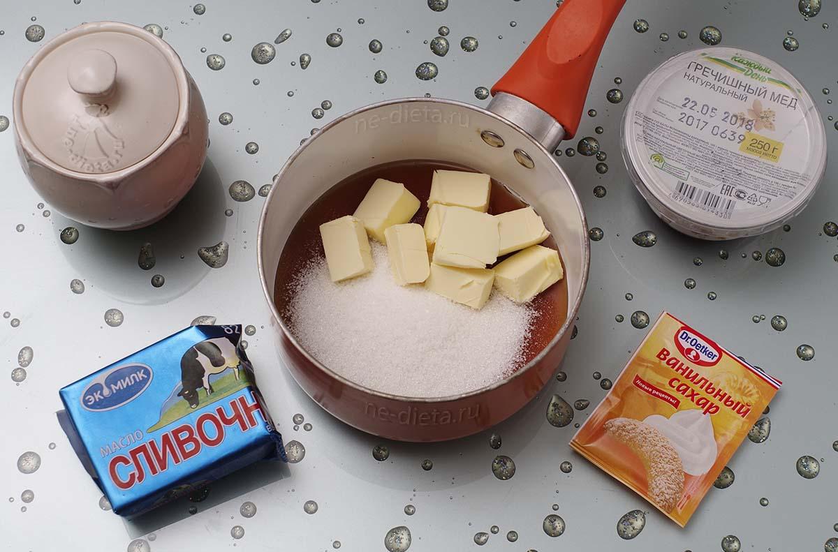 В кастрюлю выложить мед, масло и сахар