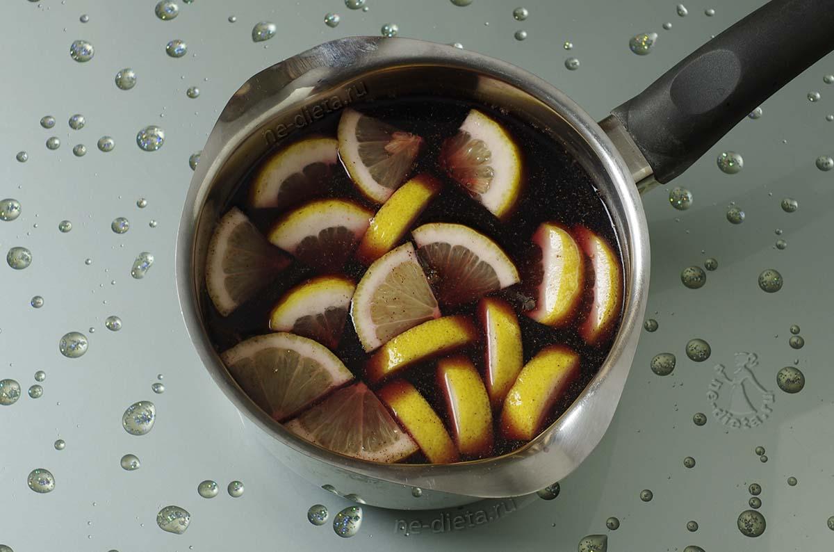 Вино нагреть с сахаром, лимоном и специями