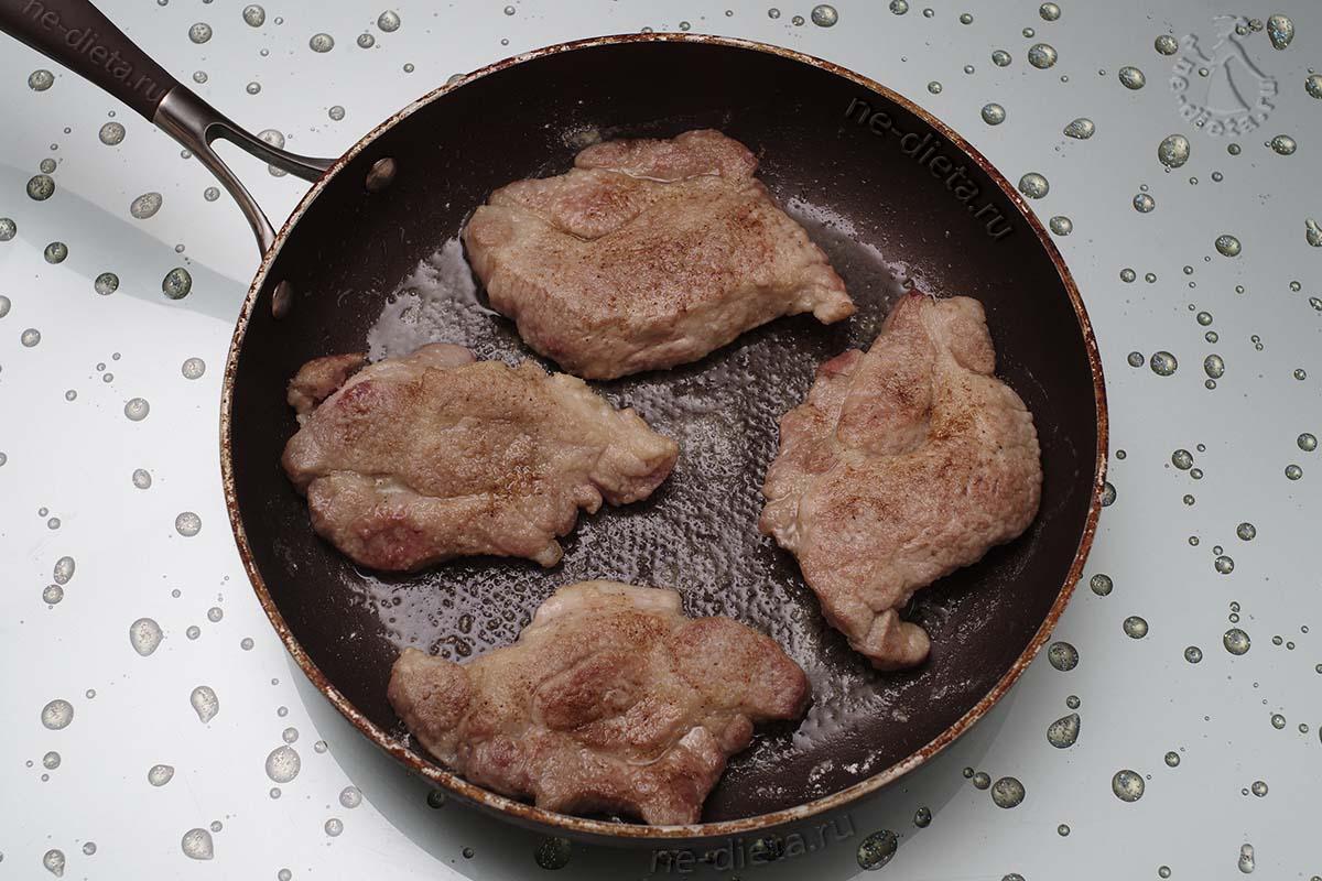 Мясо обжарить с двух сторон