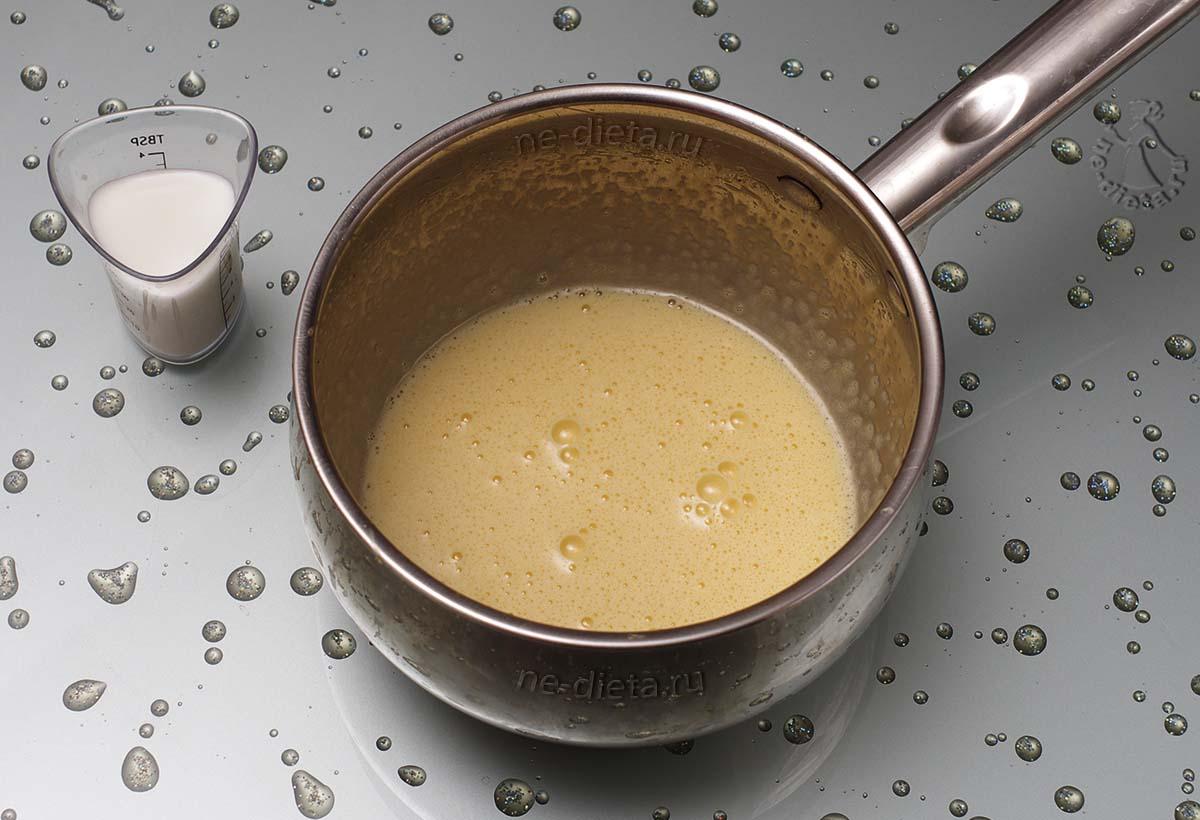 Яичные желтки взбить и добавить к ним молоко