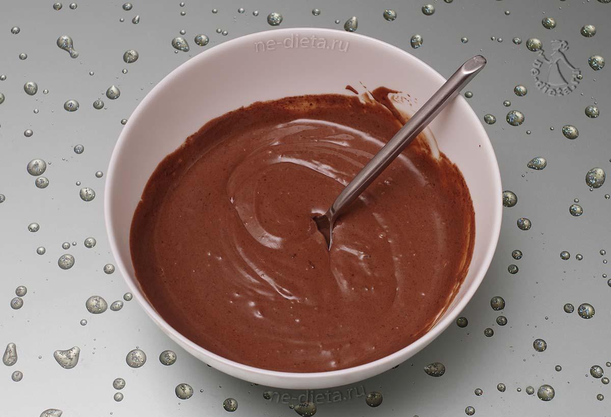 Треть сырной массы смешать с растопленным шоколадом