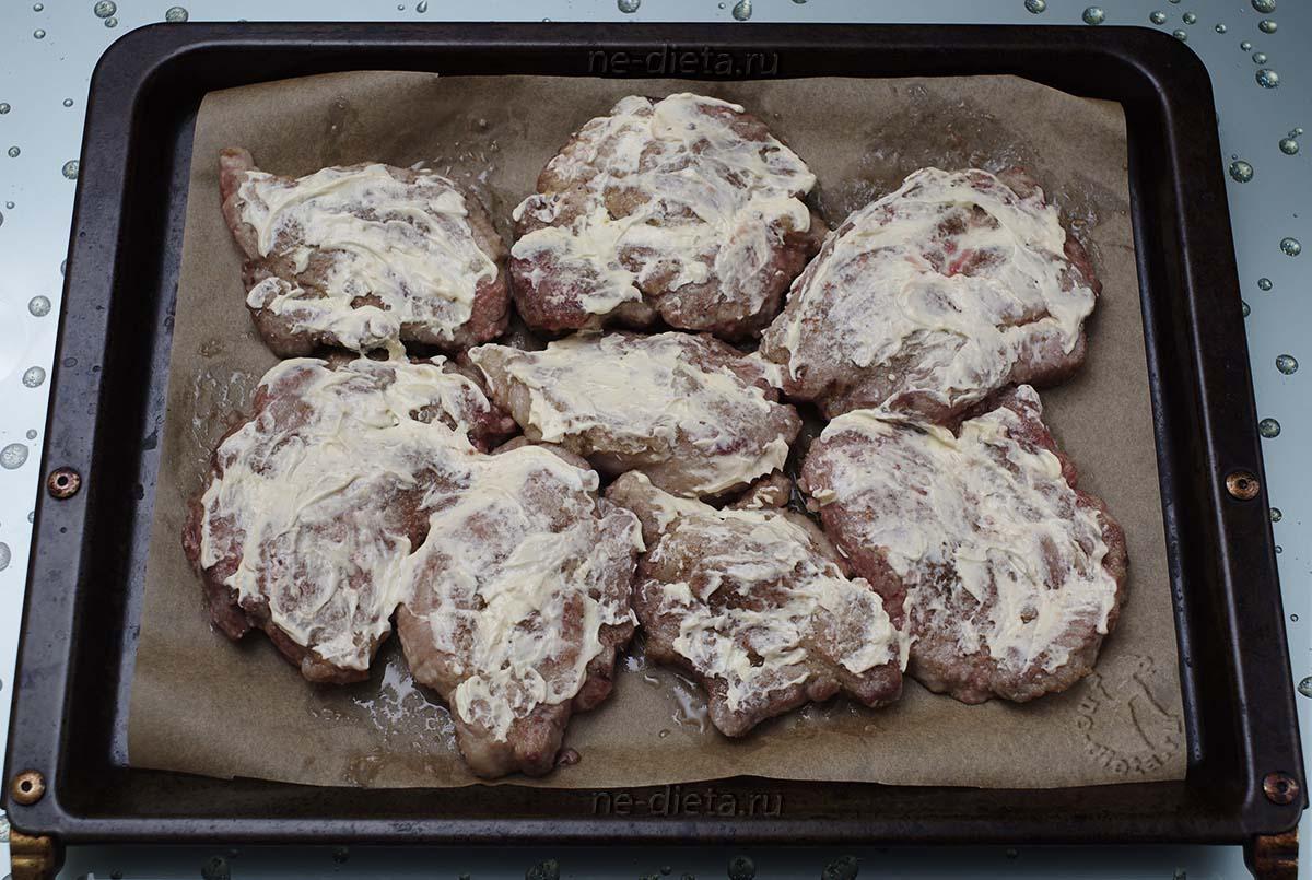 Мясо смазать майонезом