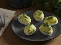 Яйца фаршированные салатом из крабовых палочек