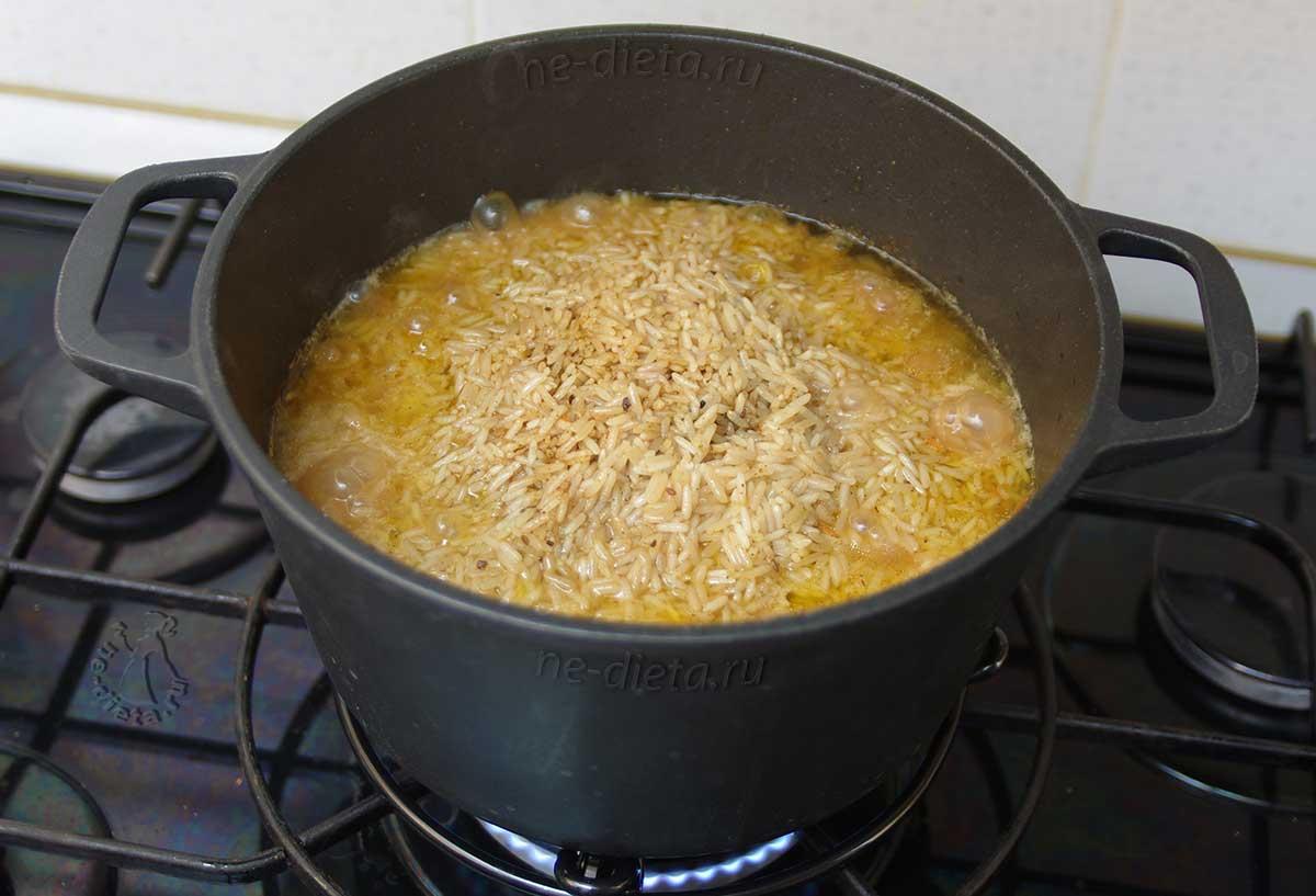 В процессе приготовления плова рис сгребать горкой
