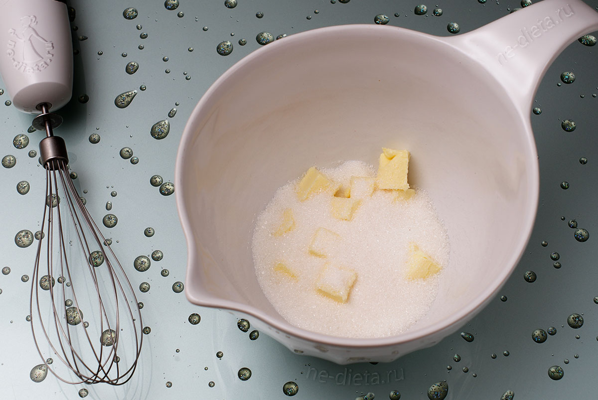 В миску выложить мягкое сливочное масло и сахар