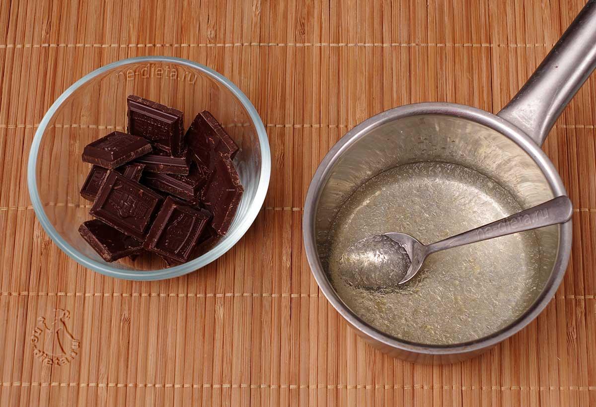 Желатин замочить в воде, шоколад поломать в миску