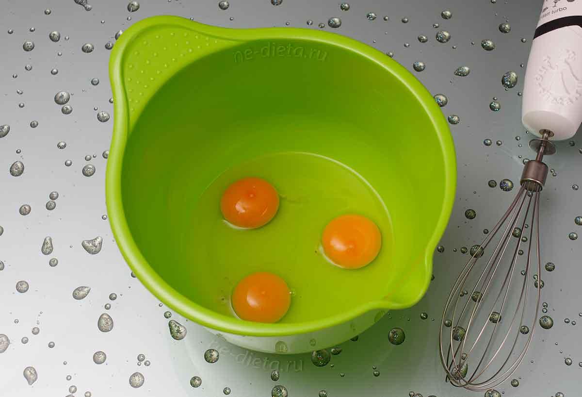 Яйца взбить миксером или венчиком