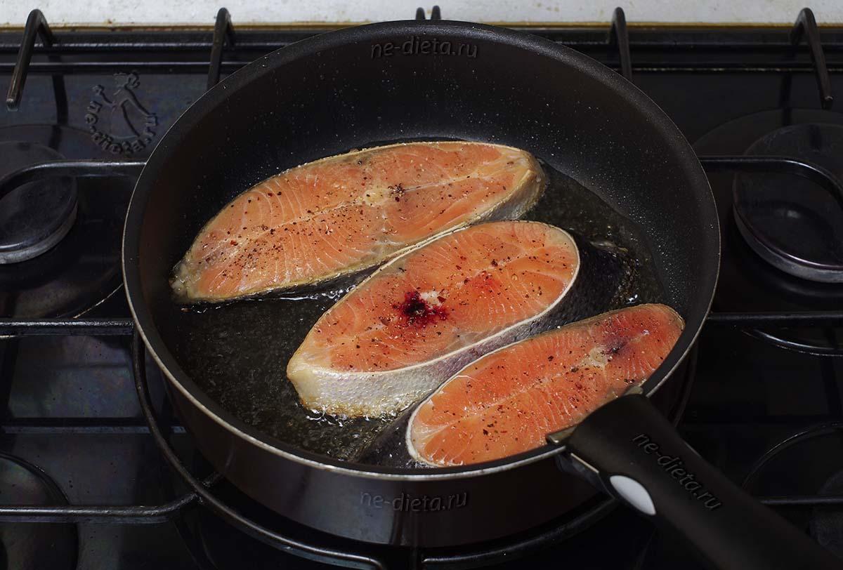 Обжарить стейки из семги в масле
