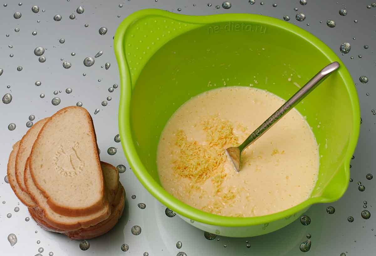 В яичную смесь добавить тертый сыр