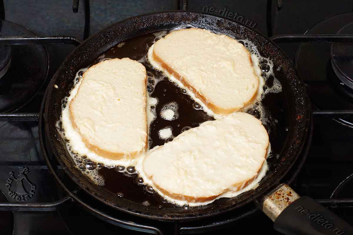 Обжарить сырные гренки на сливочном масле