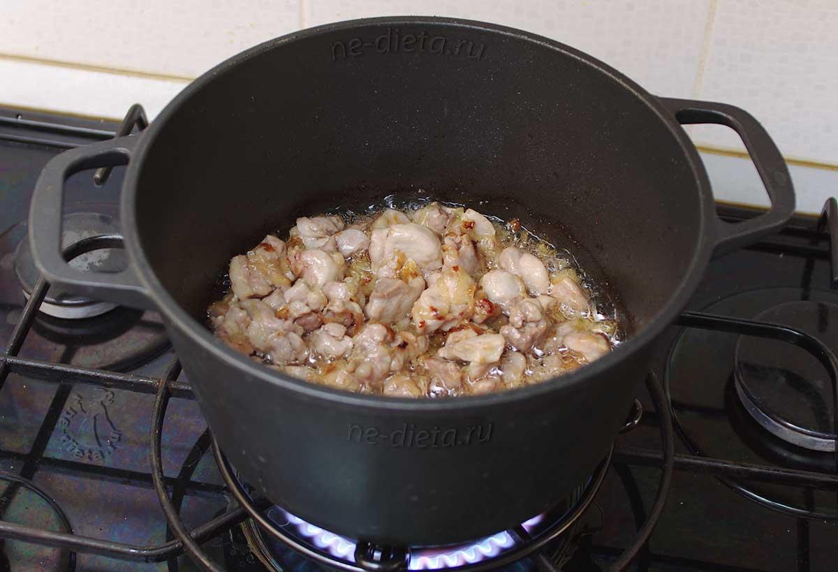 Обжарить курицу вместе с луком