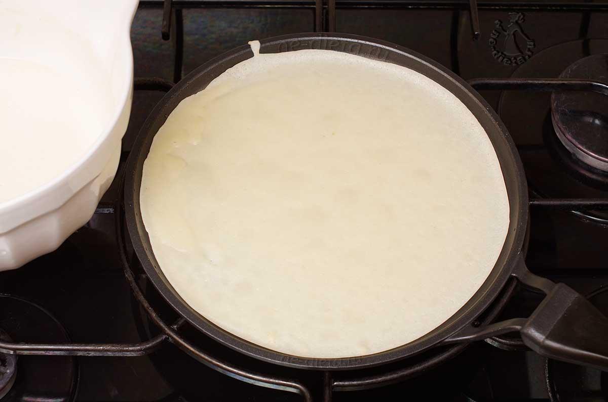 Налить половник теста на сковороду