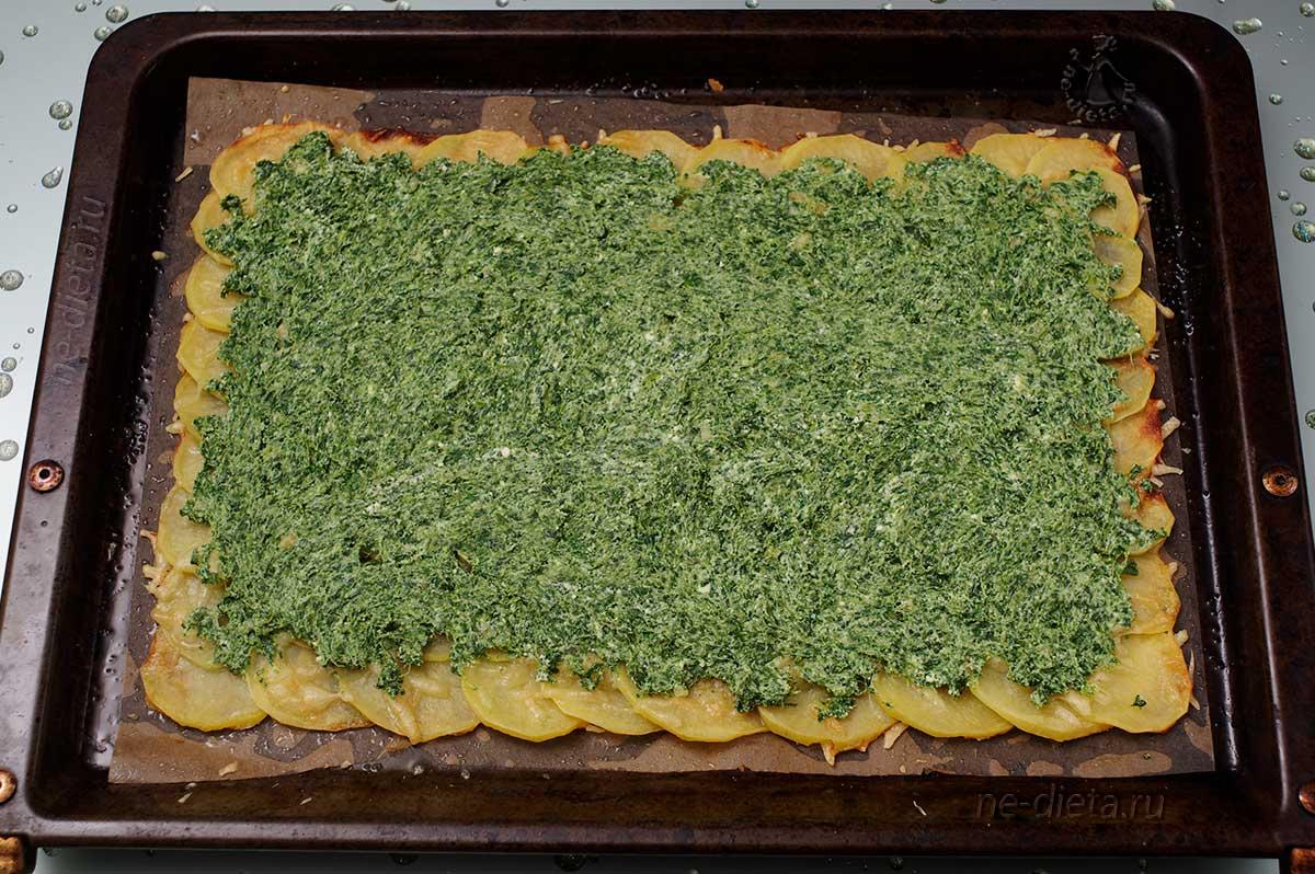На картофельную основу положить шпинат