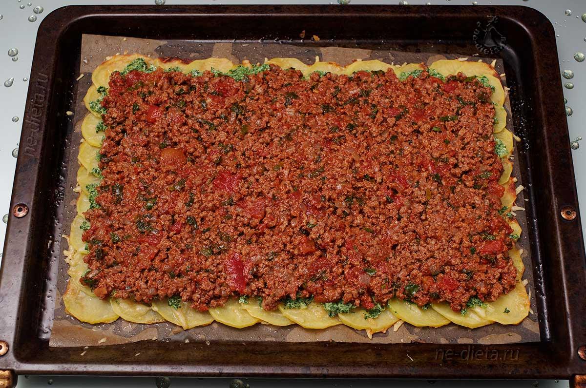 На шпинат выложить соус болоньезе