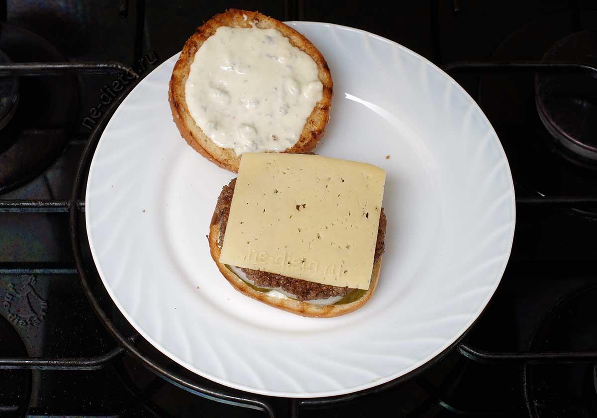 Положить котлету и сыр