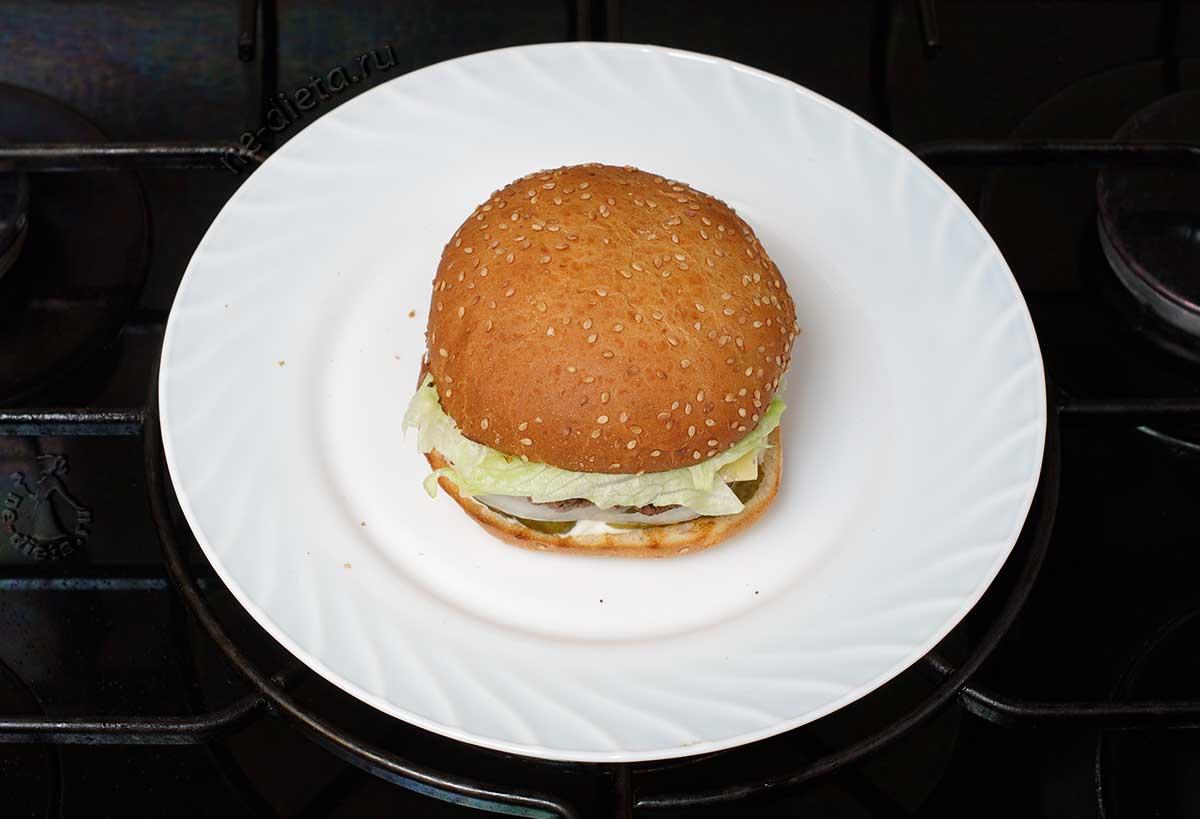 Положить салат и верхнюю булочку