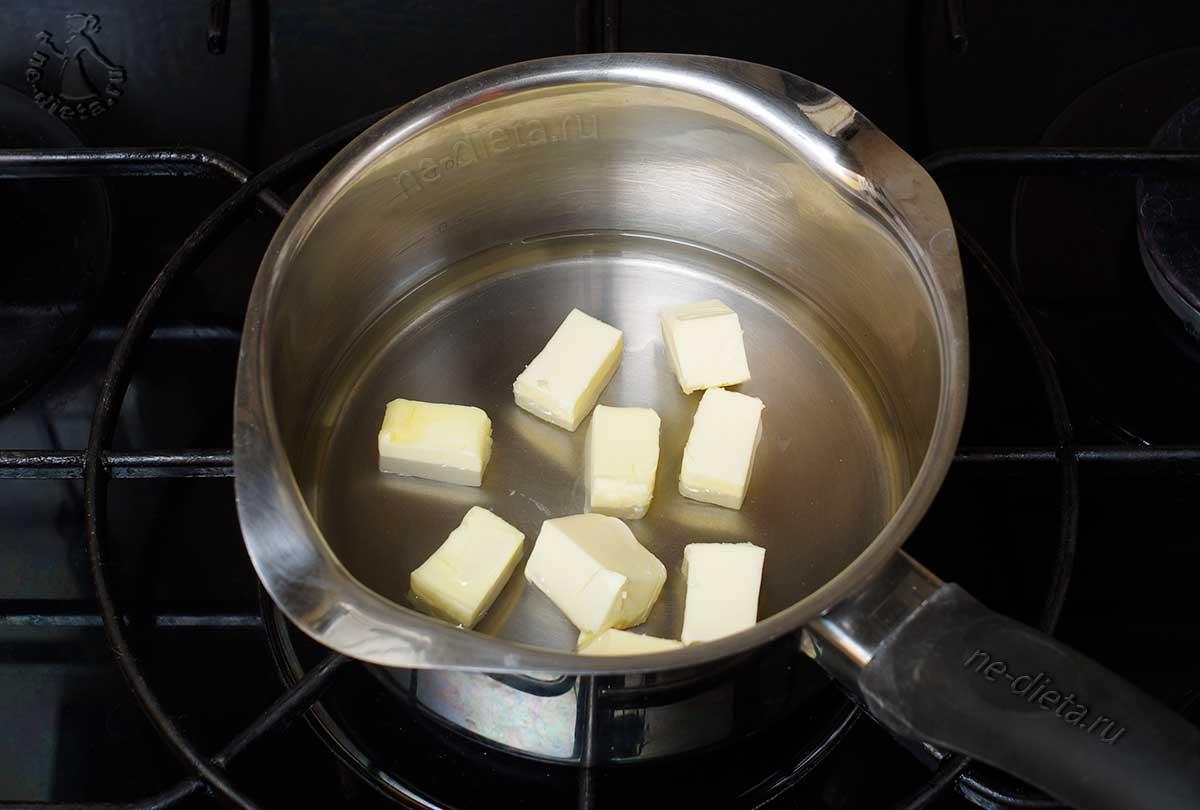 В кастрюлю налить воду и положить масло