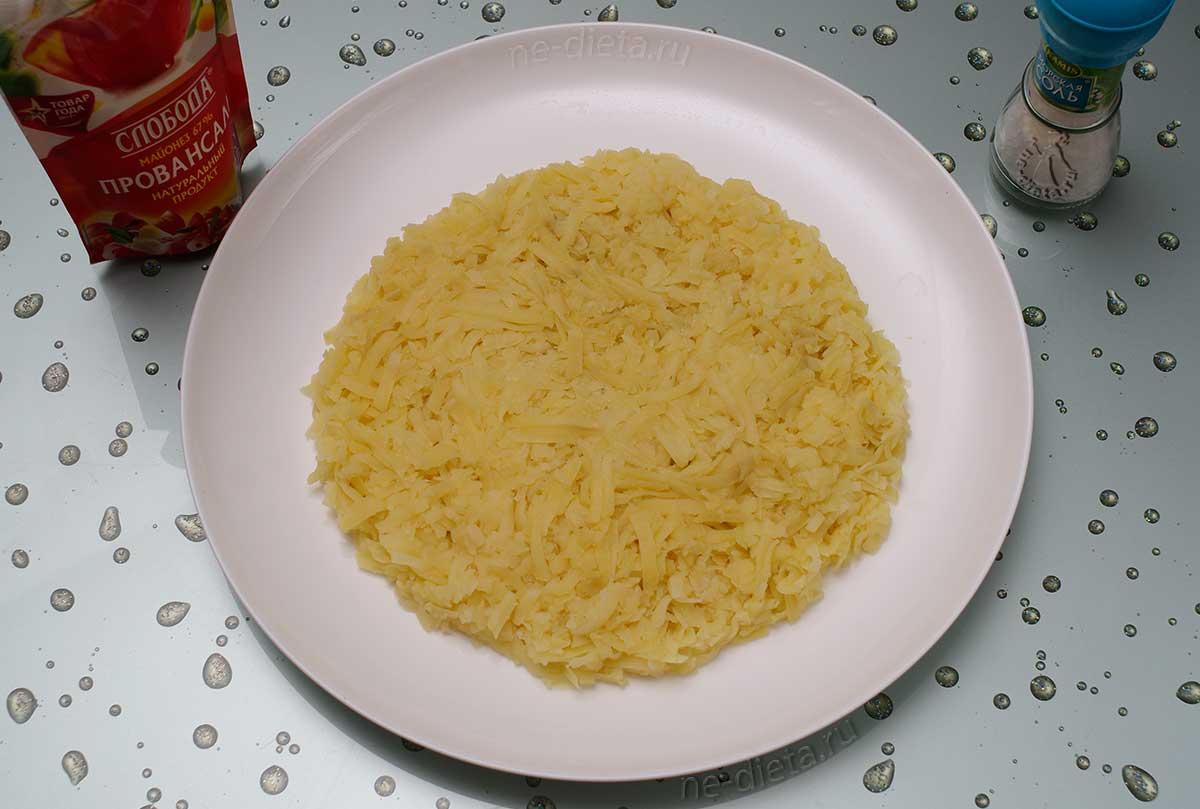 На блюдо выложить слой картофеля с майонезом