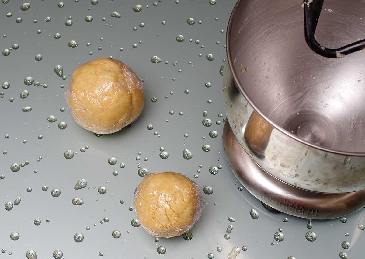 Тесто разделить на два шарика