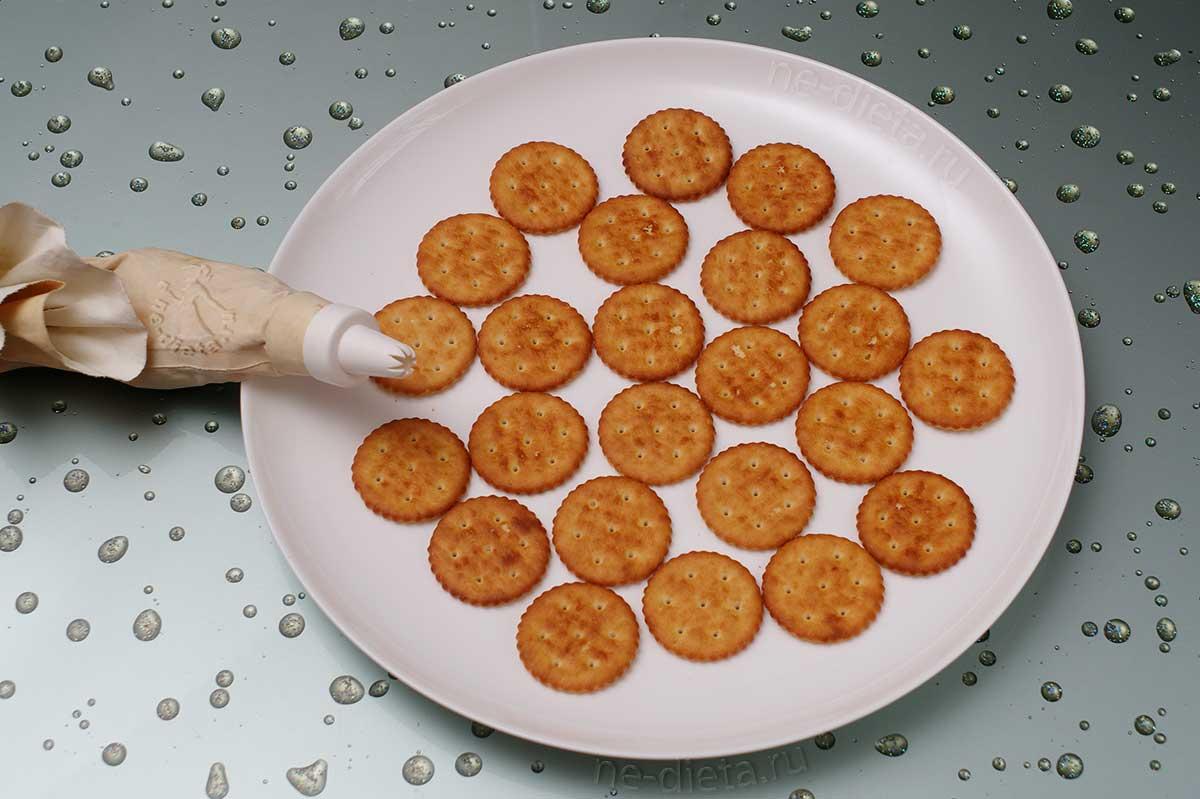 Крекеры выложить на блюдо