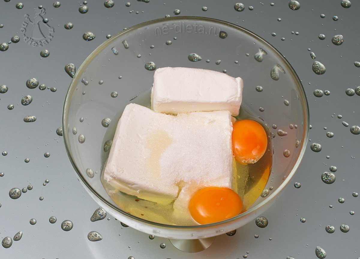 В миску выложить творог, яйца и сахар