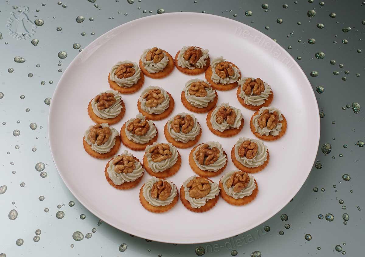 Украсить закуску грецкими орехами