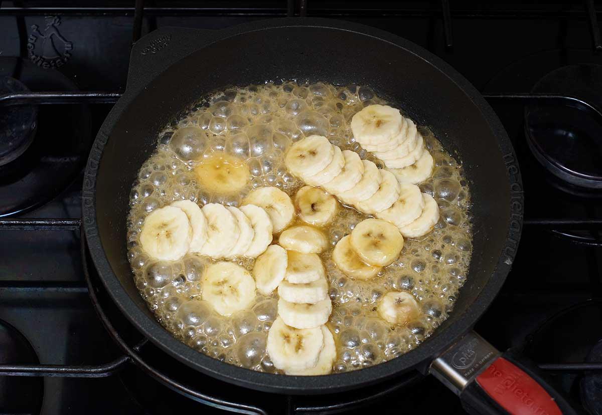 В карамель положить кружочки банана