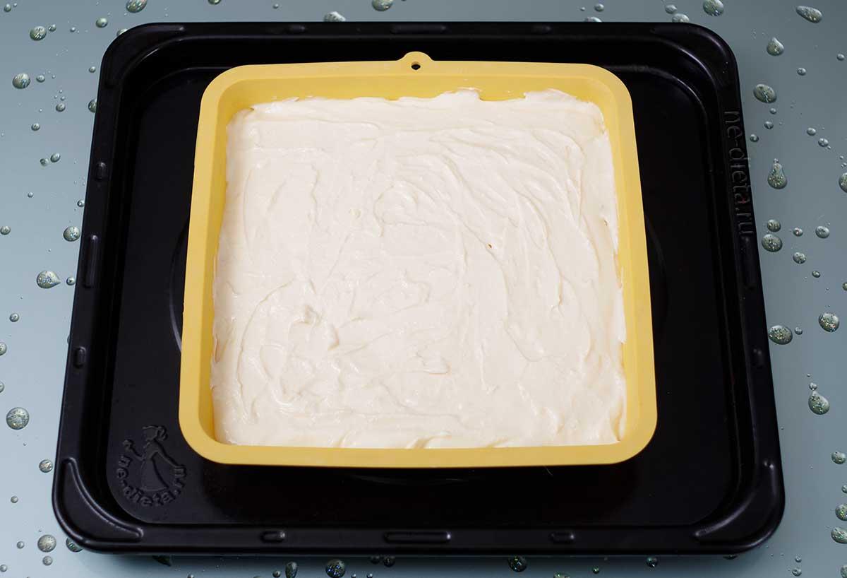 На тесто выложить творожную начинку