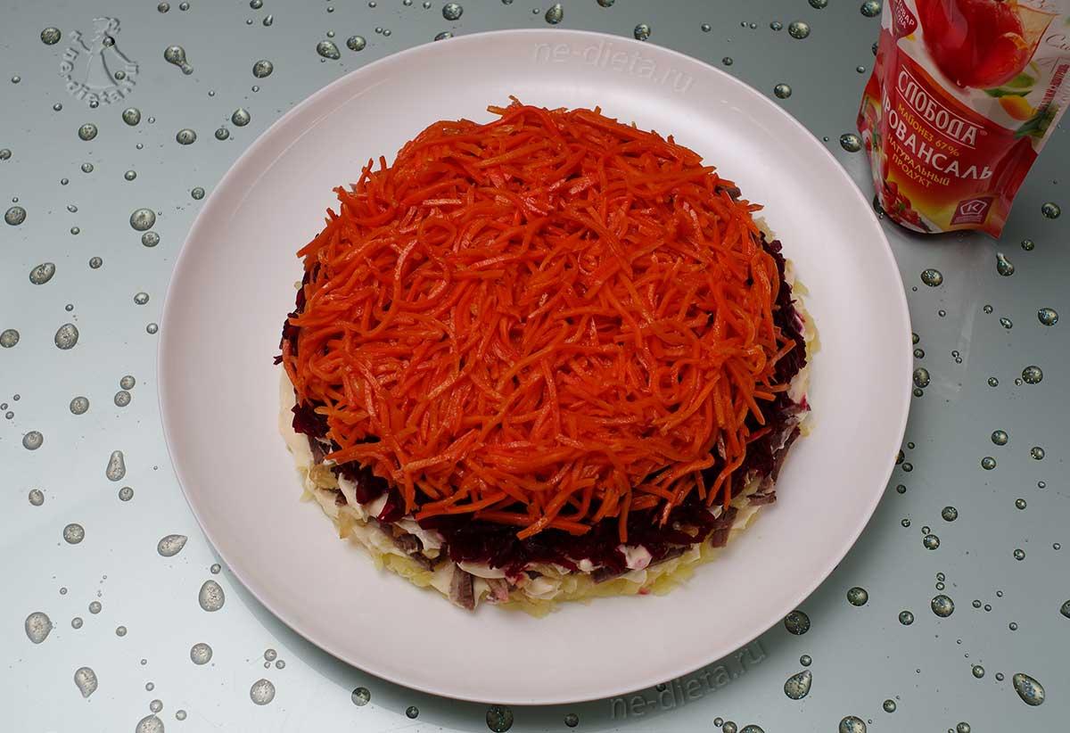 Верхним слоем положить морковь по-корейски