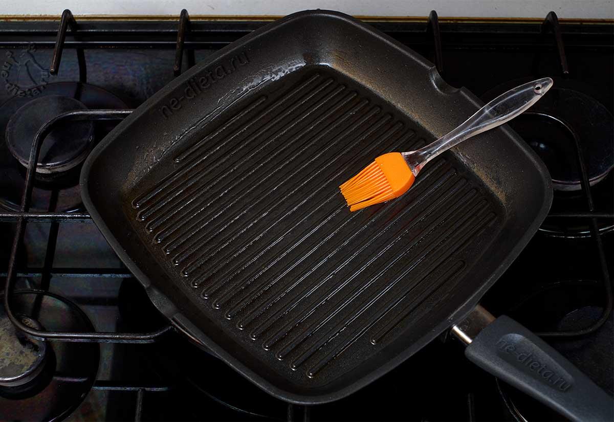 Сковороду смазать маслом