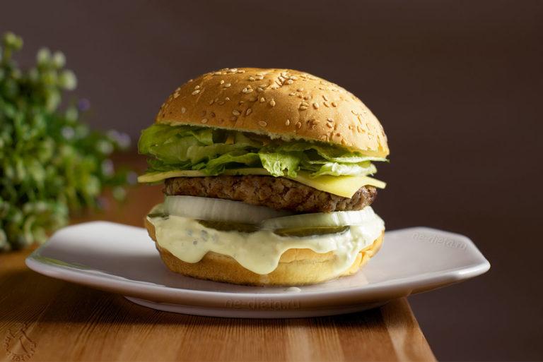 Бургеры с говядиной и соусом «блю чиз»