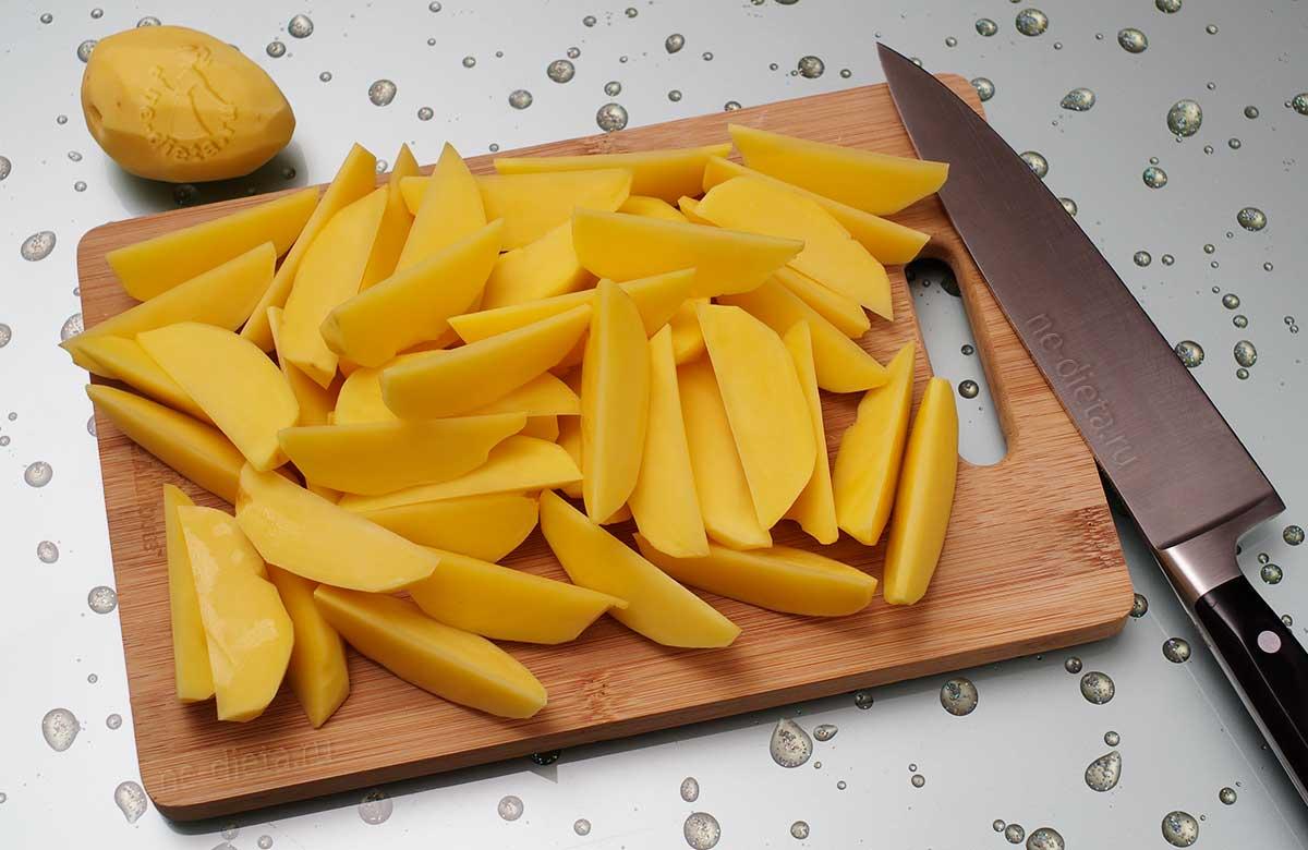 Картошку нарезать дольками
