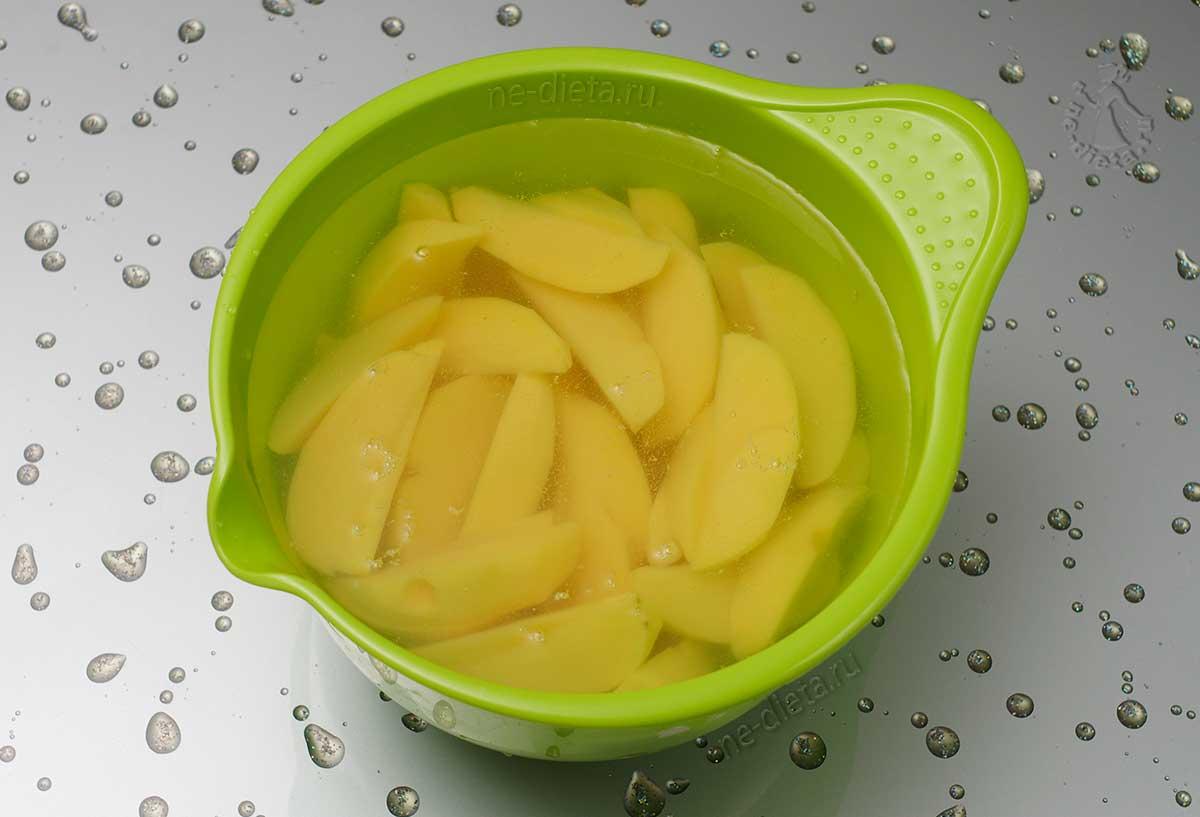 Картофель замочить в холодной воде
