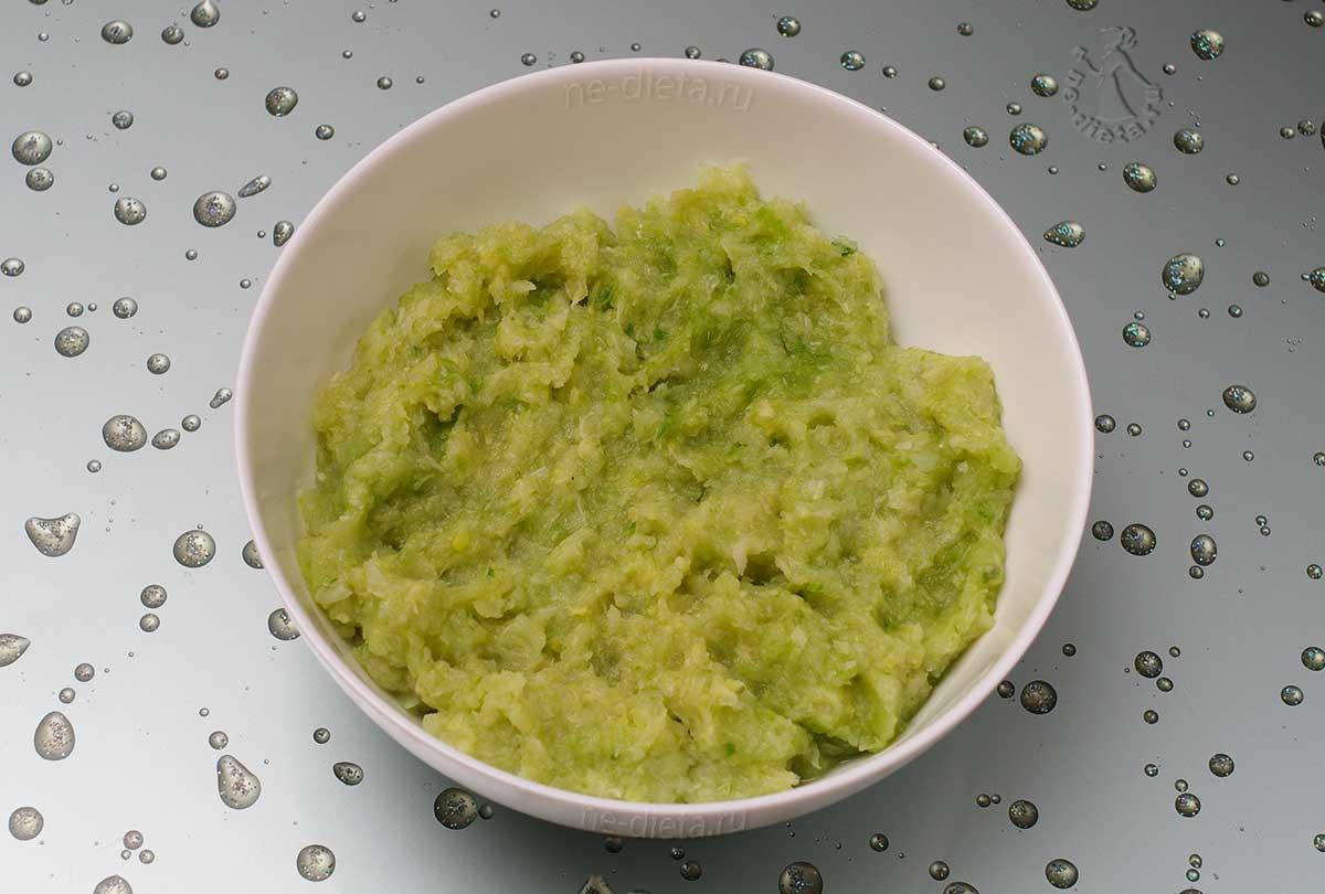 Капусту прокрутить на мясорубке с луком и чесноком