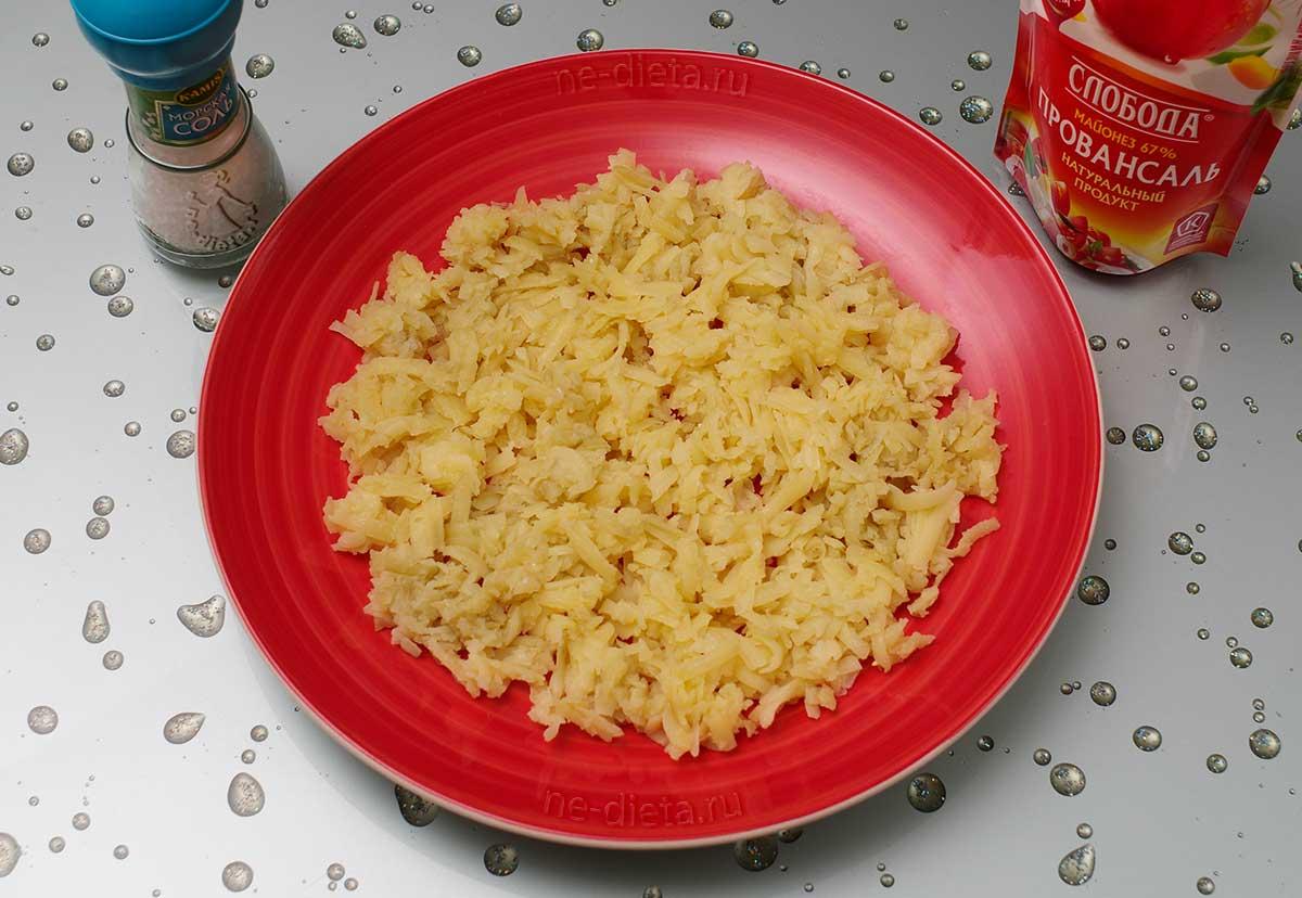 Выложить картошку на блюдо
