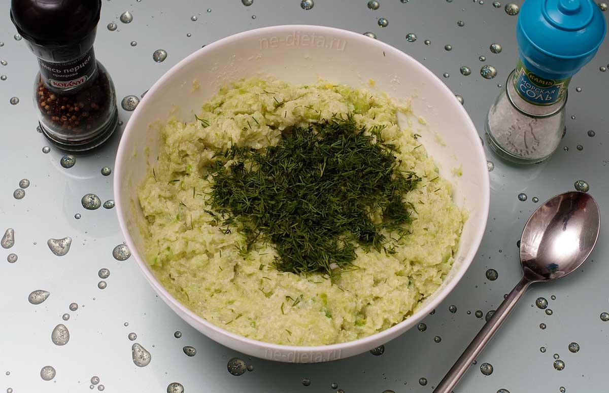 Положить измельченный укроп, соль и перец
